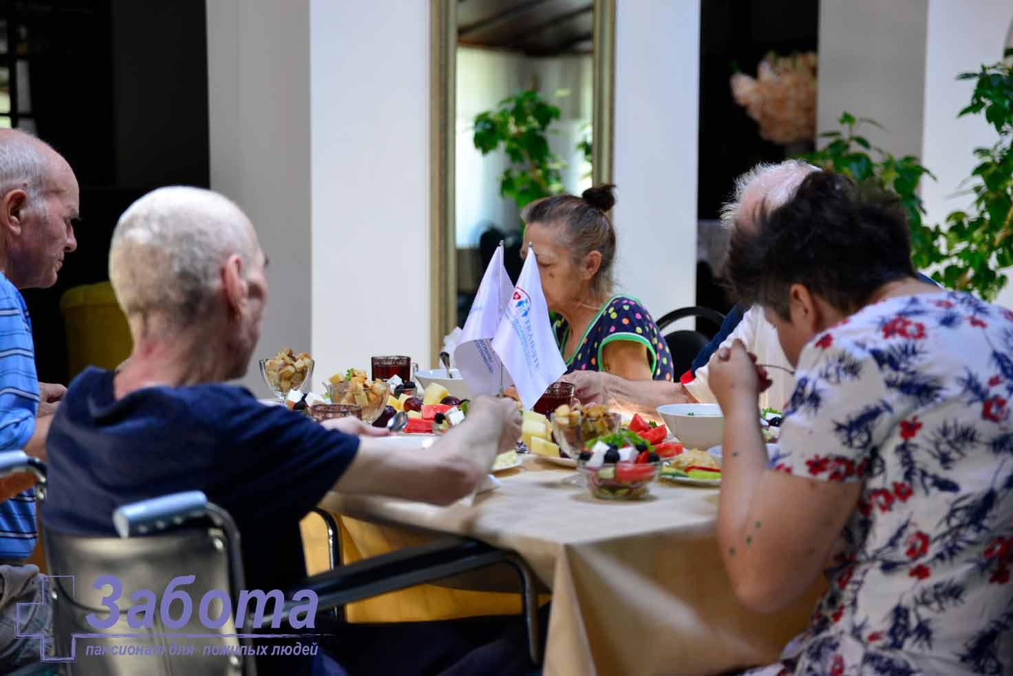 bătrâni într-un azil de bătrâni